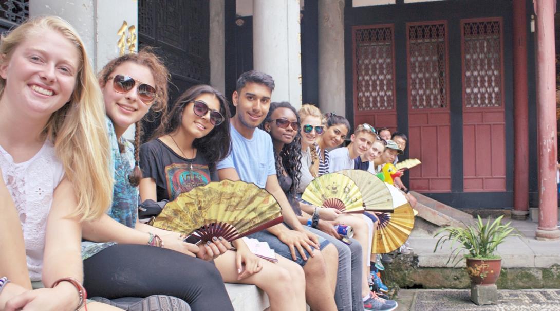 仲間と共に中国を冒険する高校生ボランティアたち